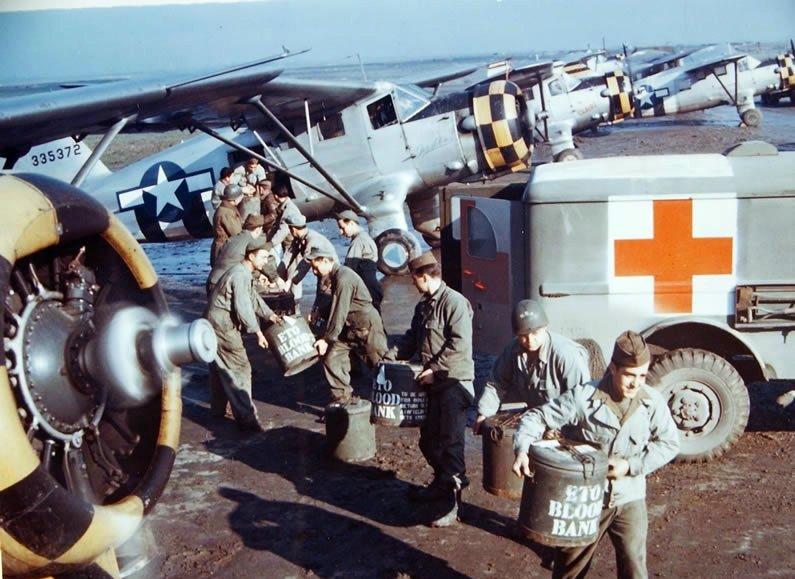 1944. Vérszállítmány indul a frontra Angliából..jpg