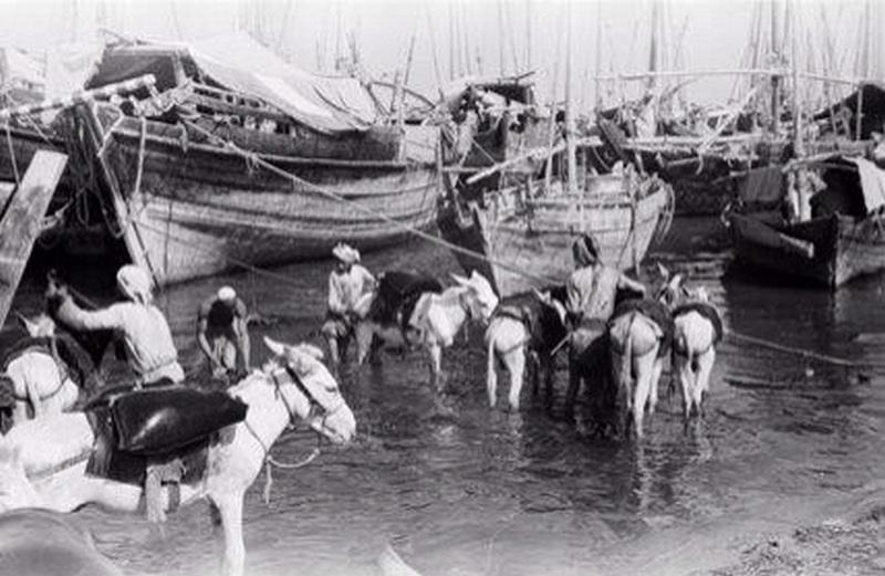 1949. Kuvaiti kikötőben az importált ivóvizet rakodják ki..jpg