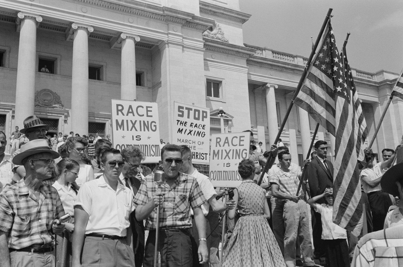 1959. Little Rock, USA. A rasszizmus mellett tűntetők..jpg