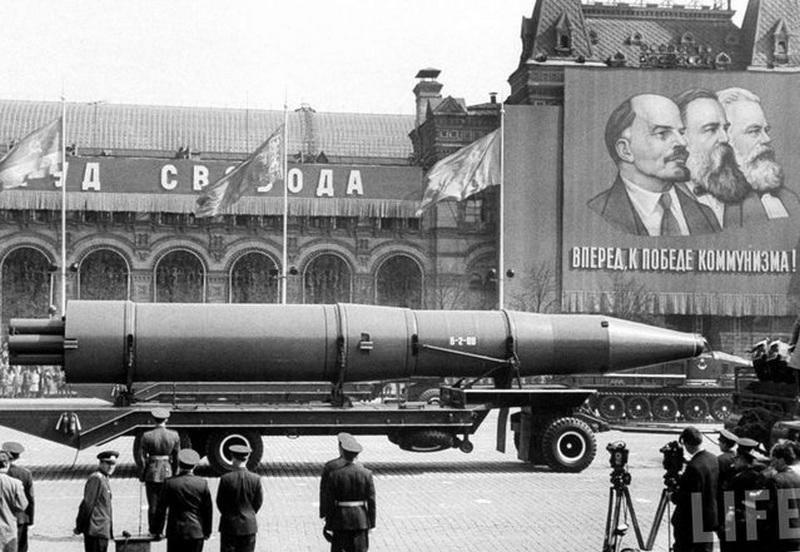 1963. Szovjet nukleáris fegyver először a Vörös téren..jpg
