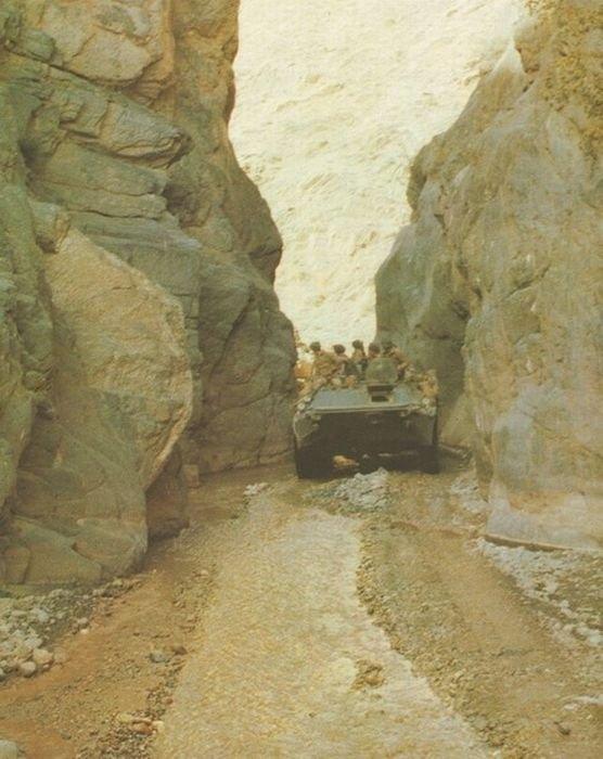 1980. Szovjet csapatok kelnek át egy szűk sziklakapun Afganisztánban..jpg