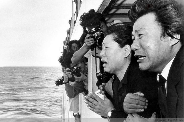 1983. Két dél-koreai siratja a szovjet légvédelem által Szahalin közelében lelőtt koreai utasszállítón meghalt hozzátartozóit, a feltételezett becsapódás helyén..jpg