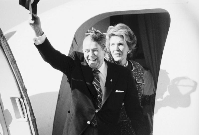 1989. Ronald Reagan egykori amerikai elnök, nem sokkal a koponyműtétje után a sapkáját lekapva intett a tömegnek elfelejtkezve fél oldali kopaszságáról. Nancy Reagan....jpg