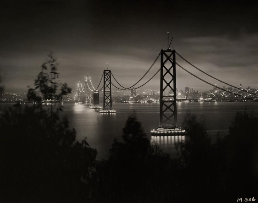 1936. Épülő San Francisco-Oakland Bay híd éjszakai kivilágításban..jpg