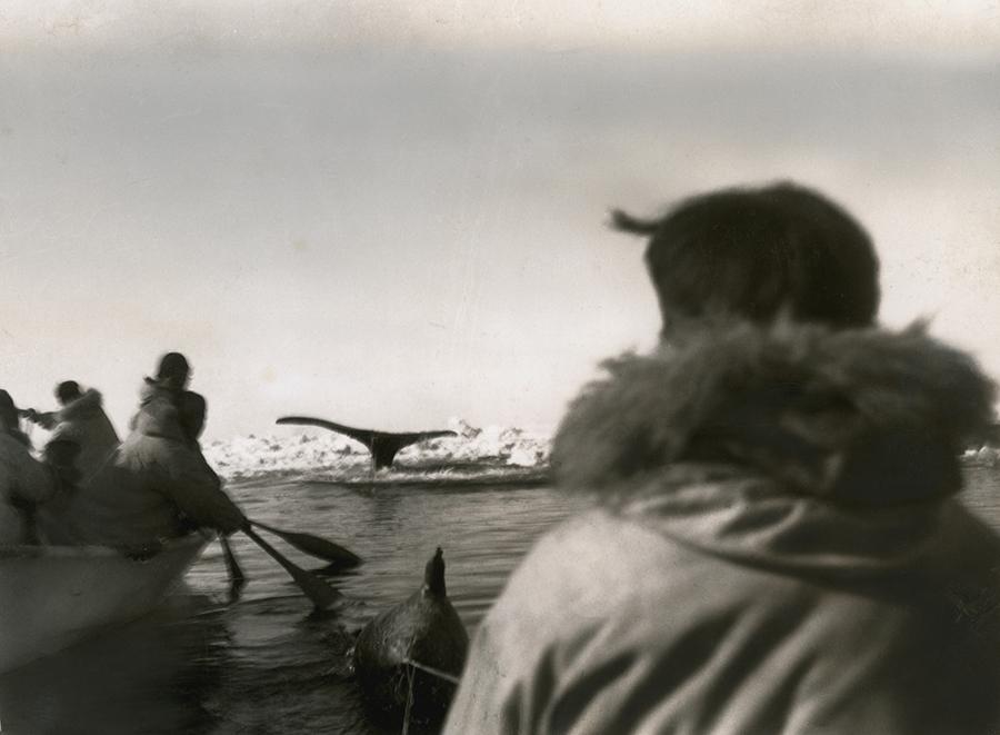 1942. Bálnavadász bennszülöttek Alaszkában..jpg