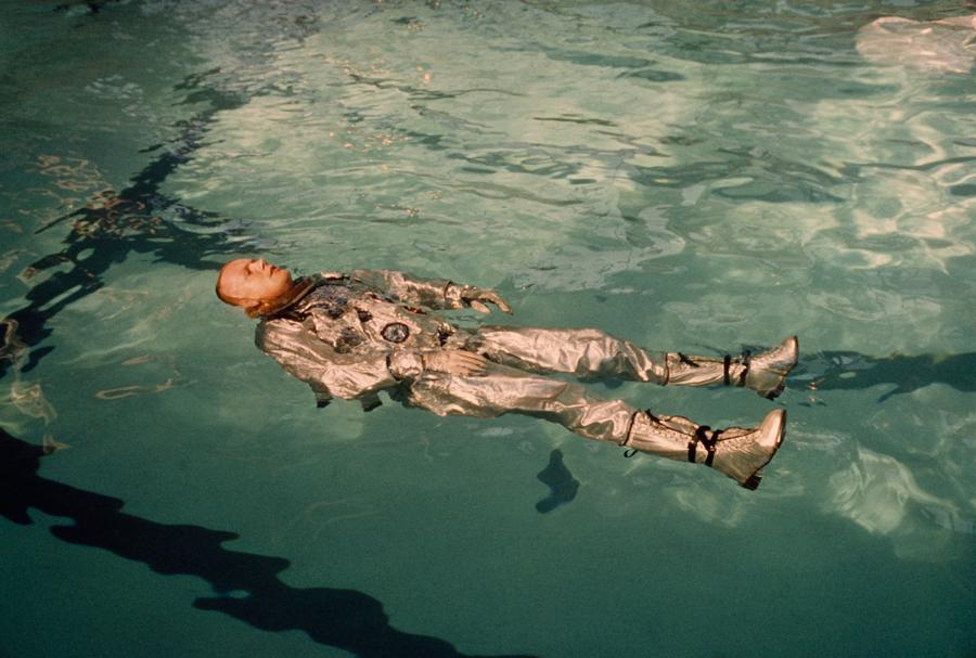 1967. Neil Armstrong űrhajós lebeg a vízen kiképzés közben..jpg