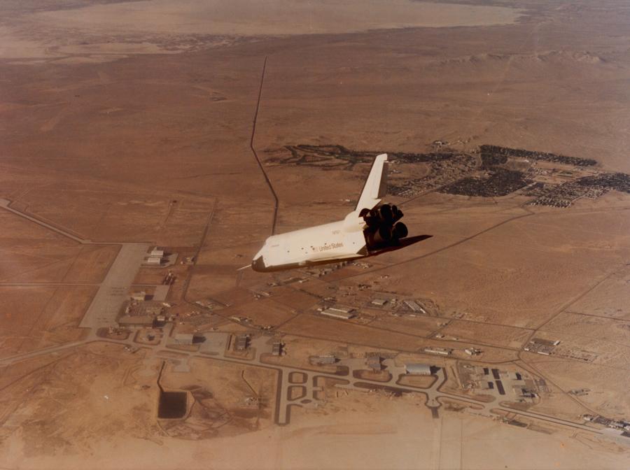 1981. A Columbia űrsikló első visszatérése. 2003-ban ebben a járműben halt meg hét űrhajós..jpg