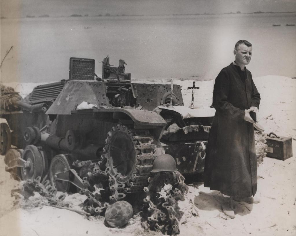1944. Saipan. Csendes-óceán. David Herrmann tábori lelkész egy kilőtt japán tankot használva oltárként celebrál szertartást a halottak üdvéért..jpg