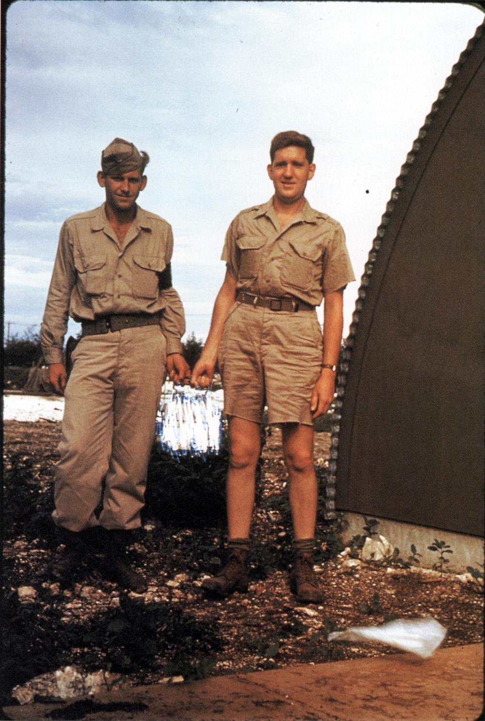 1945. Manhattan Project tudósok viszik a Nagasaki atombomba egyik egységét. A képet az amerikai titkosszolgálat cenzurázta..jpg