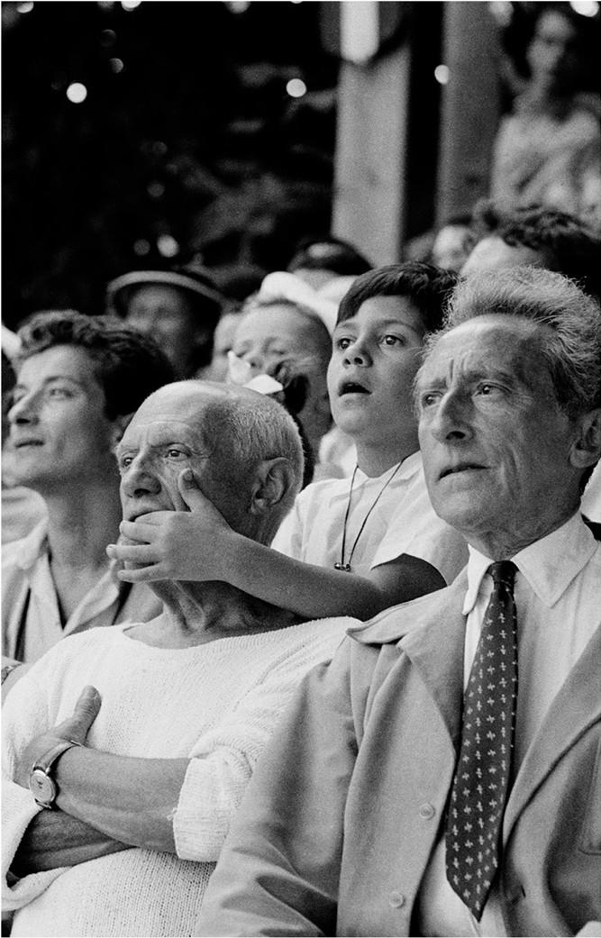 1955. Pablo Picasso, fia Claude és Jean Cocteau egy bikaviadalon Vallaurisban..jpg