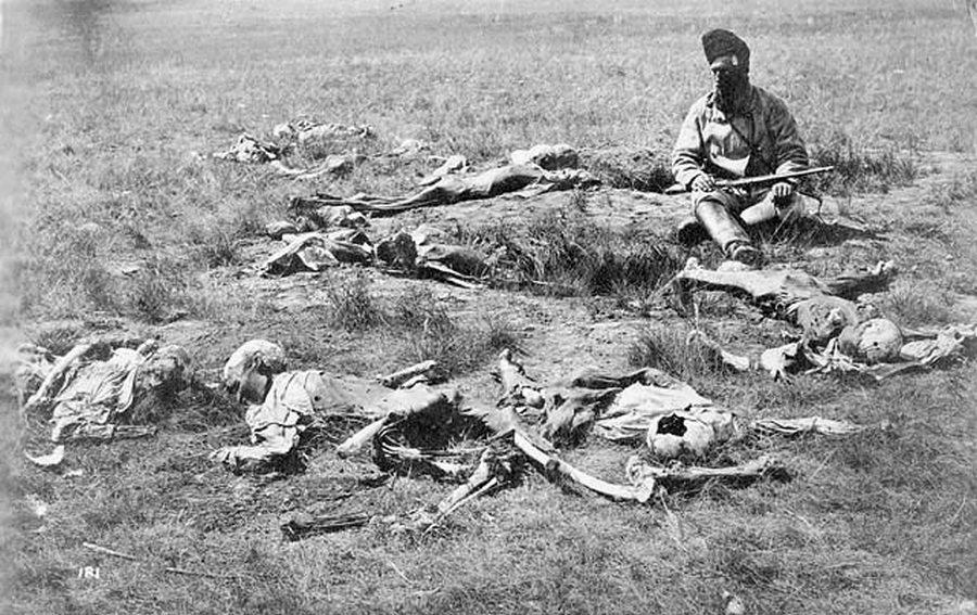 1874. Crow indiánok maradványai, akiket a sziúk skalpoltak és öltek meg..jpg