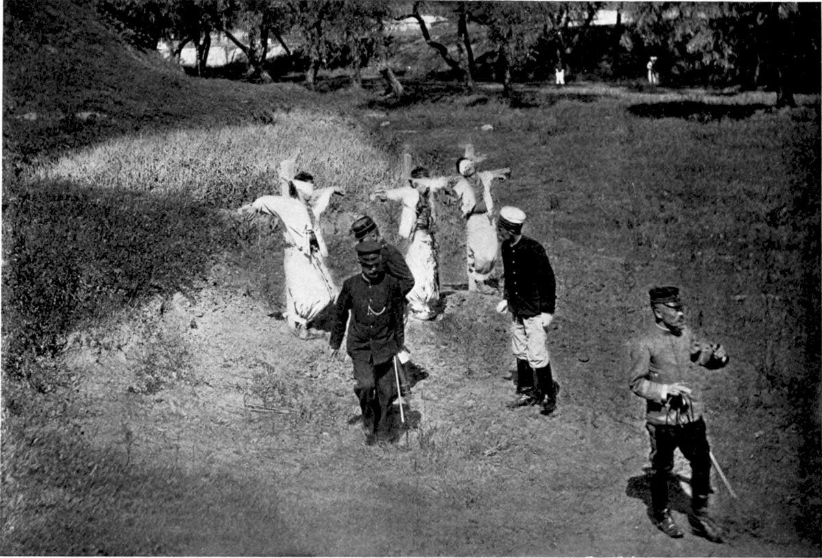 1905 körül. Japánok által megszállt Koreában, földjük kisajátítása ellen tüntető parasztok kivégzése..jpg