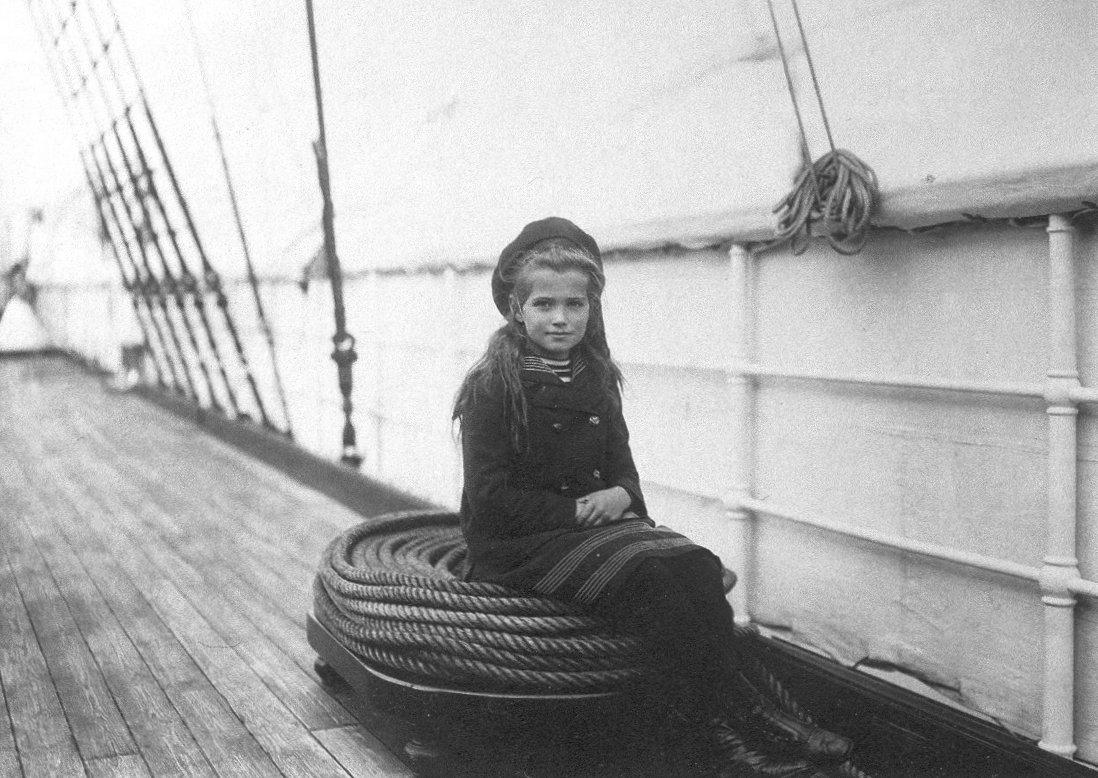 1907. Marija Nyikolajevna Romanova orosz nagyhercegnő, nyolc évesen az orosz Polar Star hajó fedélzetén. 19 évesen a bolsevikok lőtték agyon teljes családjával együtt..jpg