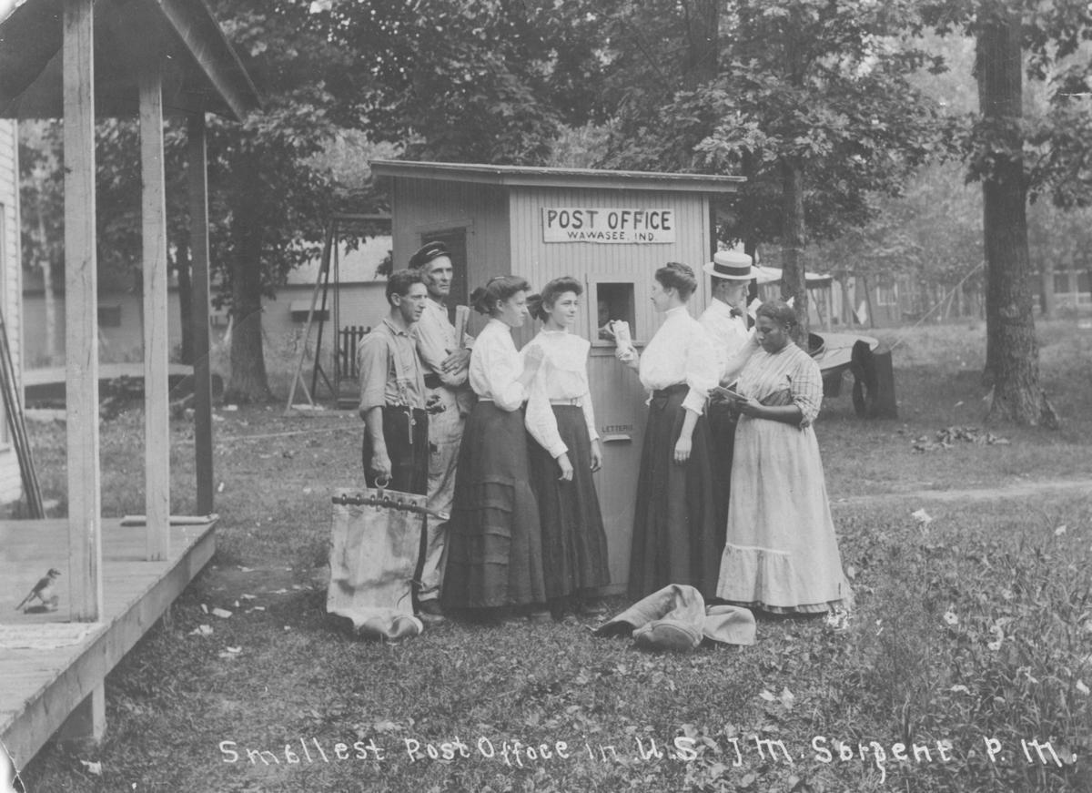 1920. A legkisebb postahivatal az Államokban. Lake Wawasee, Syracuse, Indiana.jpg