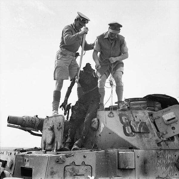 1942. Észak-Afrika. Brit katonák emelik ki egy német PzKpfw IV tank rádiósának maradványait..jpg