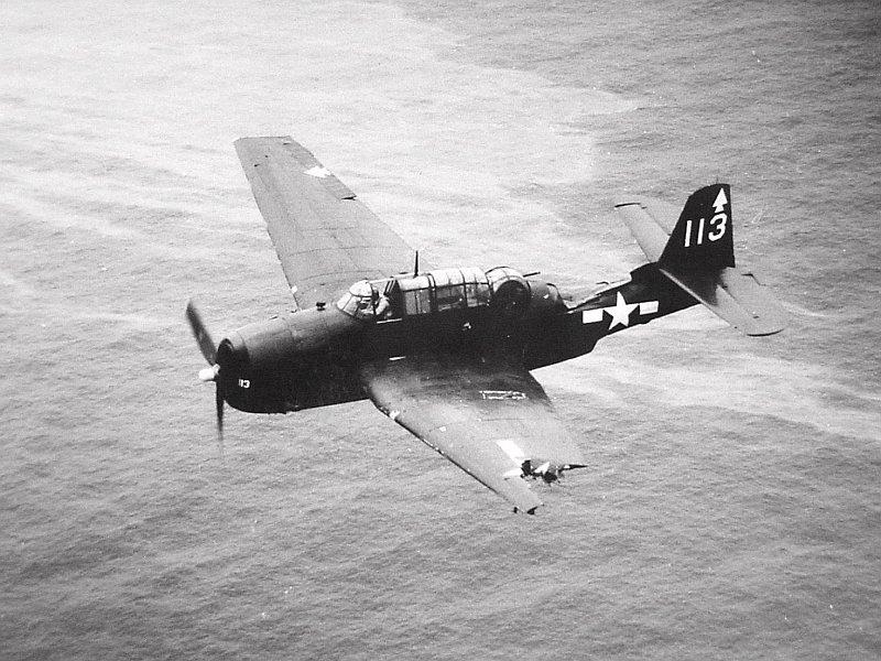 1944. Sérült Grumman TBF Avenge készül leszálláshoz..jpg