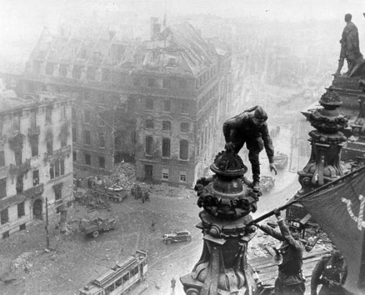 1945. A szovjet zászló kitűzését a Reichstagra már rengetegszer láthattuk. Itt egy fotó néhány másodperccel előbbről..jpg