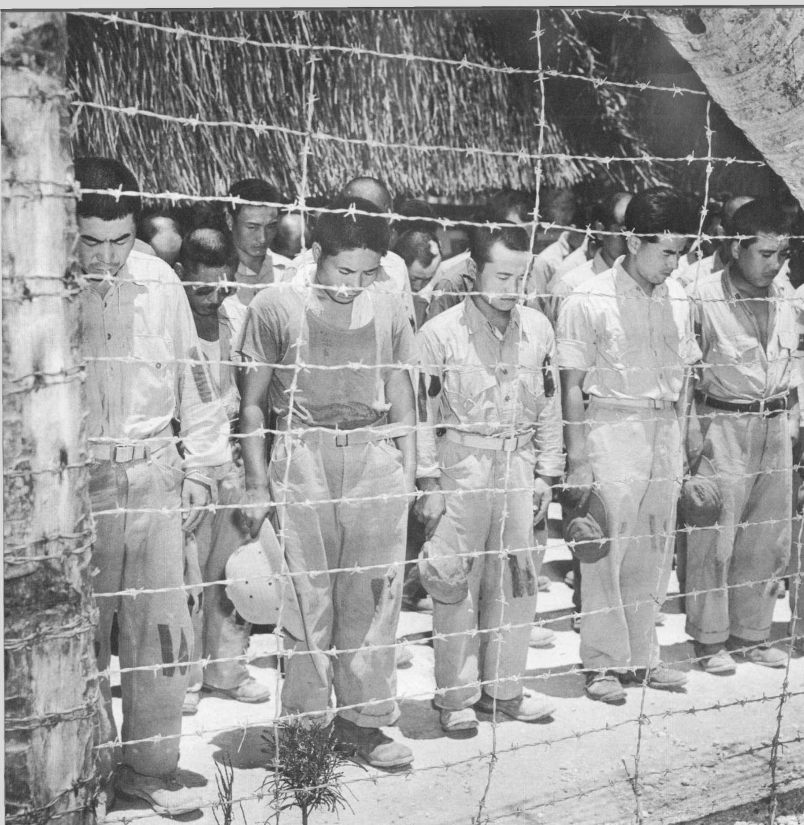 1945. Japán hadifoglyok megtudják Hirohito császár lemondását és Japán kapitulációját..jpg