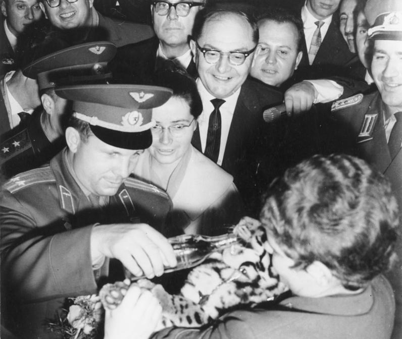 1963. Berlin. Valentyina Tyereskova és Jurij Gagarin látogatása az állatkertben. Remélem az ott nem vodka..jpg