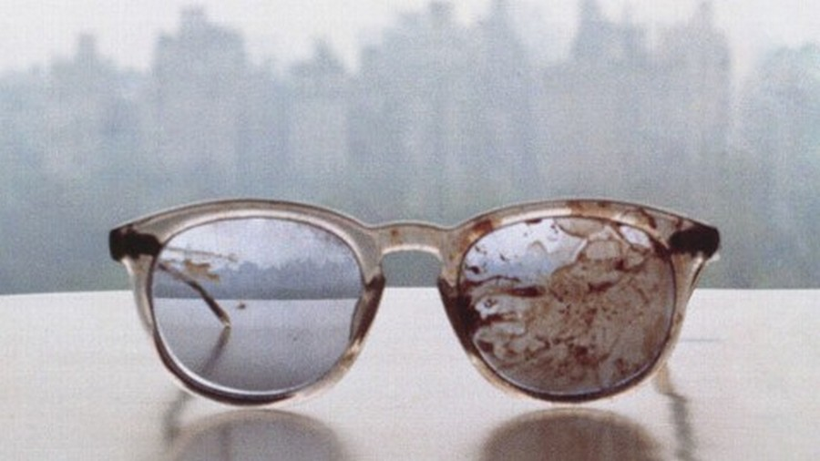 1980. John Lennon szemüvege amit a merényletekor viselt..jpg