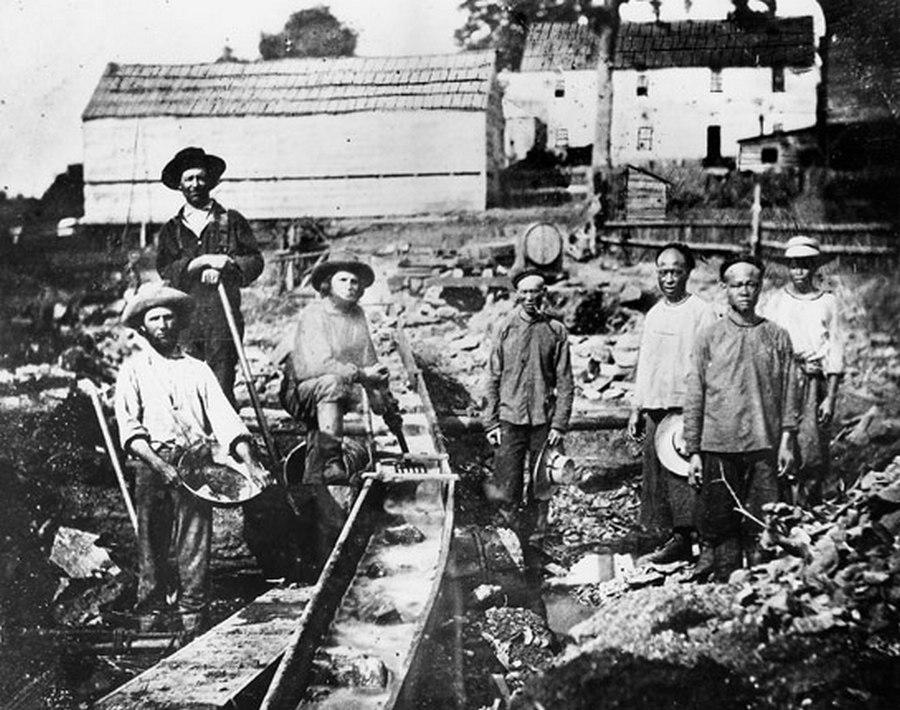 1852. Auburn Ravine. Kaliforniai aranyláz idején fehér és kínai aranyásók dolgoznak..jpg