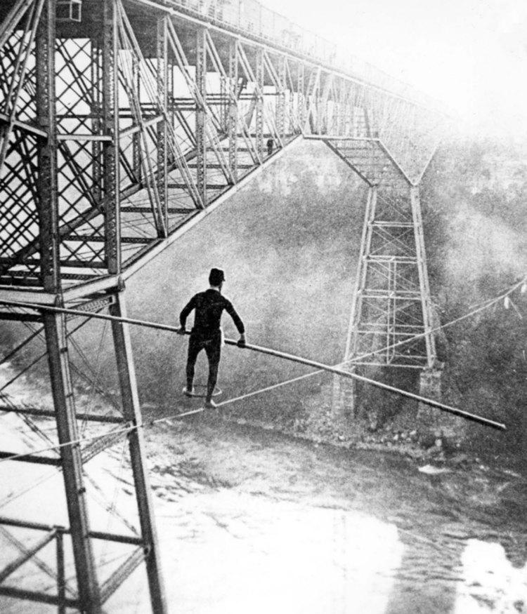 1895. Samuel J Dixon kötéltáncos a Niagara Cantilever Bridge vasúti híd mellett tart bemutatót..jpg