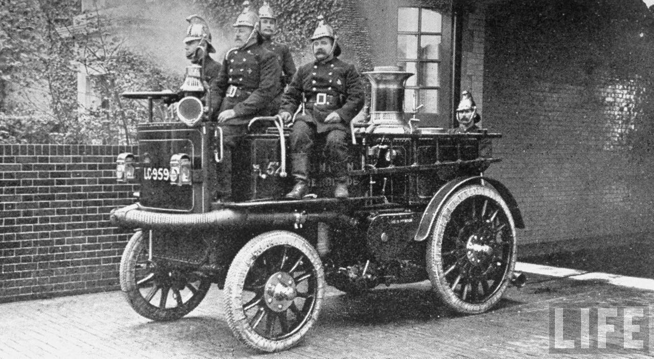 1902. Londoni tűzoltók, gőzkocsijukkal..jpg