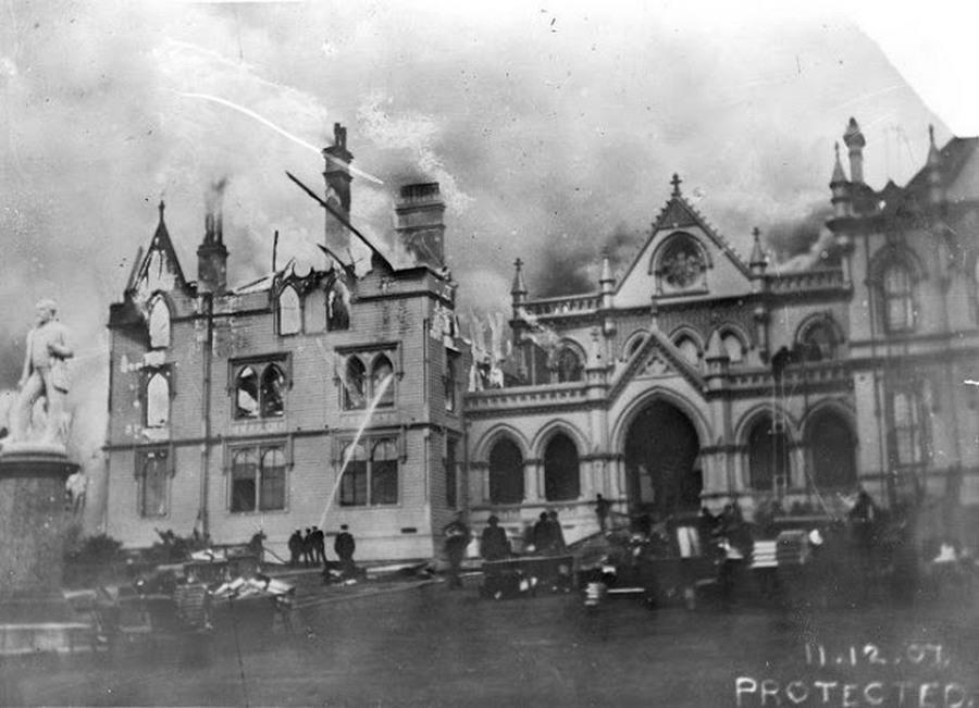 1907. Wellington. Tűz az új-zélandi parlamentben. Aztán 1992-ben újra leégtek a felső szintek és a tetőszerkezet..jpg