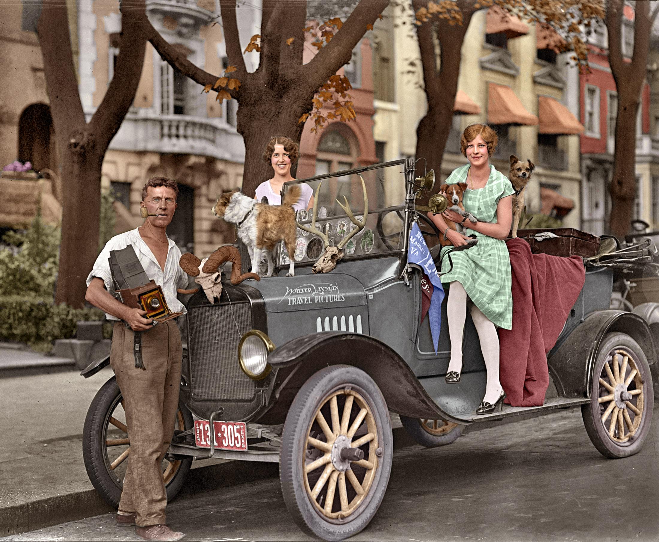 1927. Walter Layman, aki családjával és kutyájával beutazta az Államokat és az indián kultúrát fotózta. Utólag színezett kép..jpg
