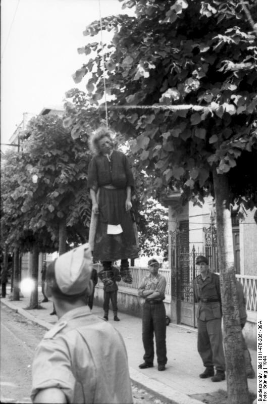 1944. Róma. Németek által felakasztott olasz nő. A szoknyájára tűzve egy papíron a bűne..jpg