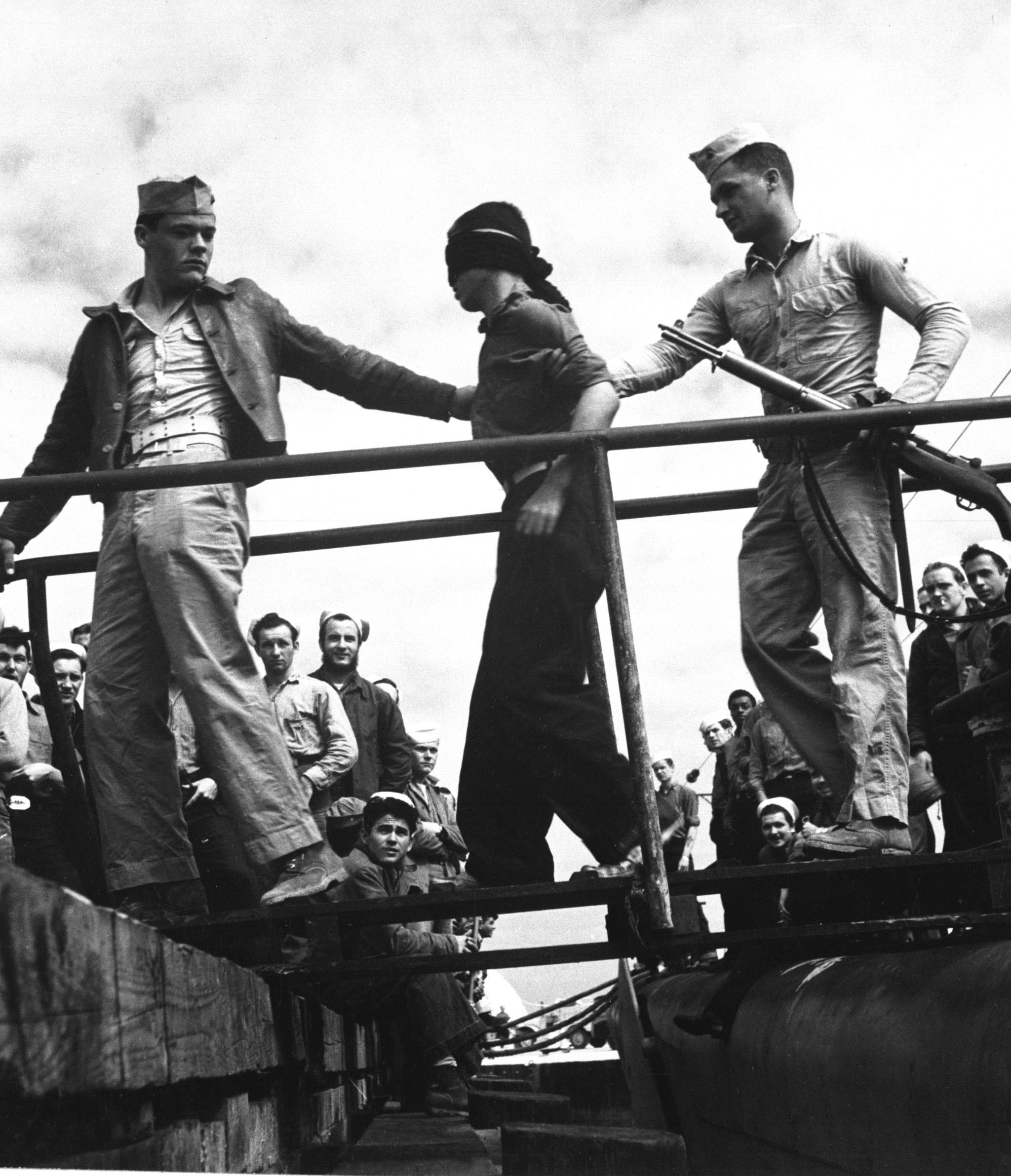 1945. Japán hadifoglyok kiszállítása egy járőrözésből visszatérő tengeralattjáróból a csendes-óceáni hadszintéren..JPEG