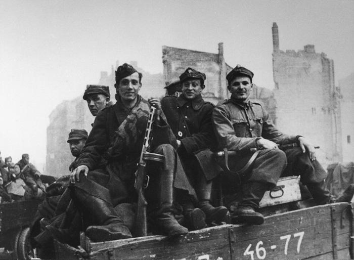 1945. Lengyel katonák Berlinben a Győzelem Napján..jpg