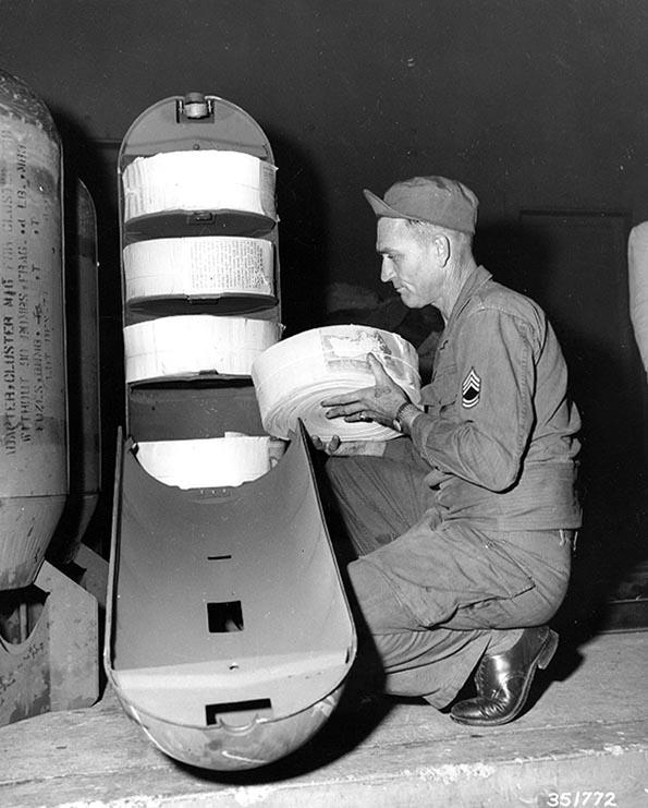 1950. Propaganda bomba. Észak-korea fölött ledobott röplap-bomba betöltése..jpg