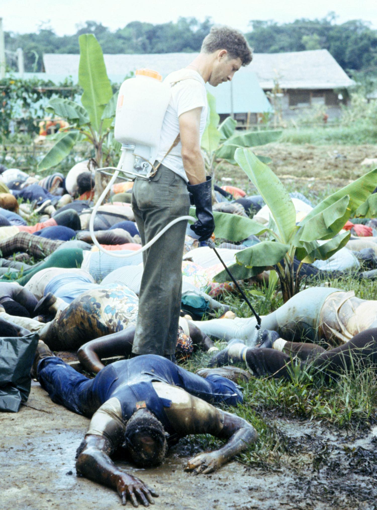 1978. Guyanában, Jonestownban a tömeges öngyilkosságot elkövetett Népek Temploma szekta tagjainak holtteste amerikai katona fertőtlenítőszerrel fecskendezi le, mielőtt hazaszállítanák az Államokba..jpg