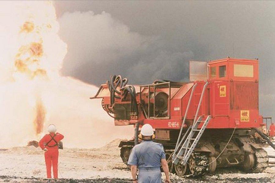 1991. Magyar szakemberek Kuvaitban, MIG-21-es hajtóműveket szereltek egy T-34-es tank alvázra az olajkút-tüzek oltásához. 2..jpg