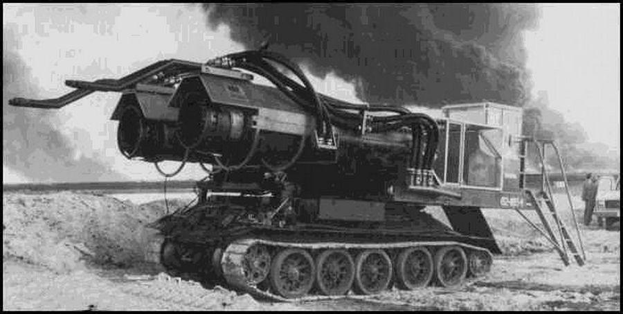 1991. Magyar szakemberek Kuvaitban, MIG-21-es hajtóműveket szereltek egy T-34-es tank alvázra az olajkút-tüzek oltásához..jpg