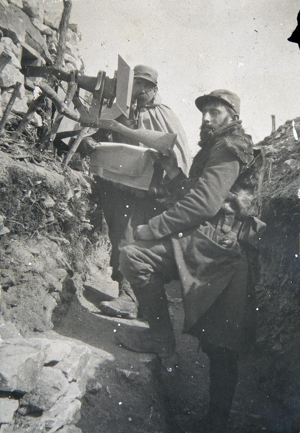 1915. Két francia katona periszkópfegyvert használ a lövészárokban..jpg