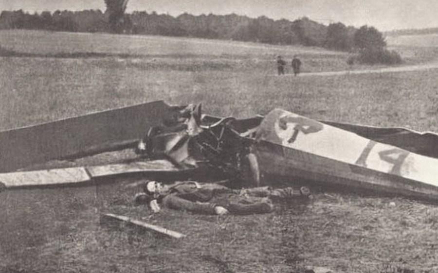 1918. Quentin Roosevelt, az egykori amerikai elnök fiának holtteste repülőgépe mellett az I. világháborúban..jpg