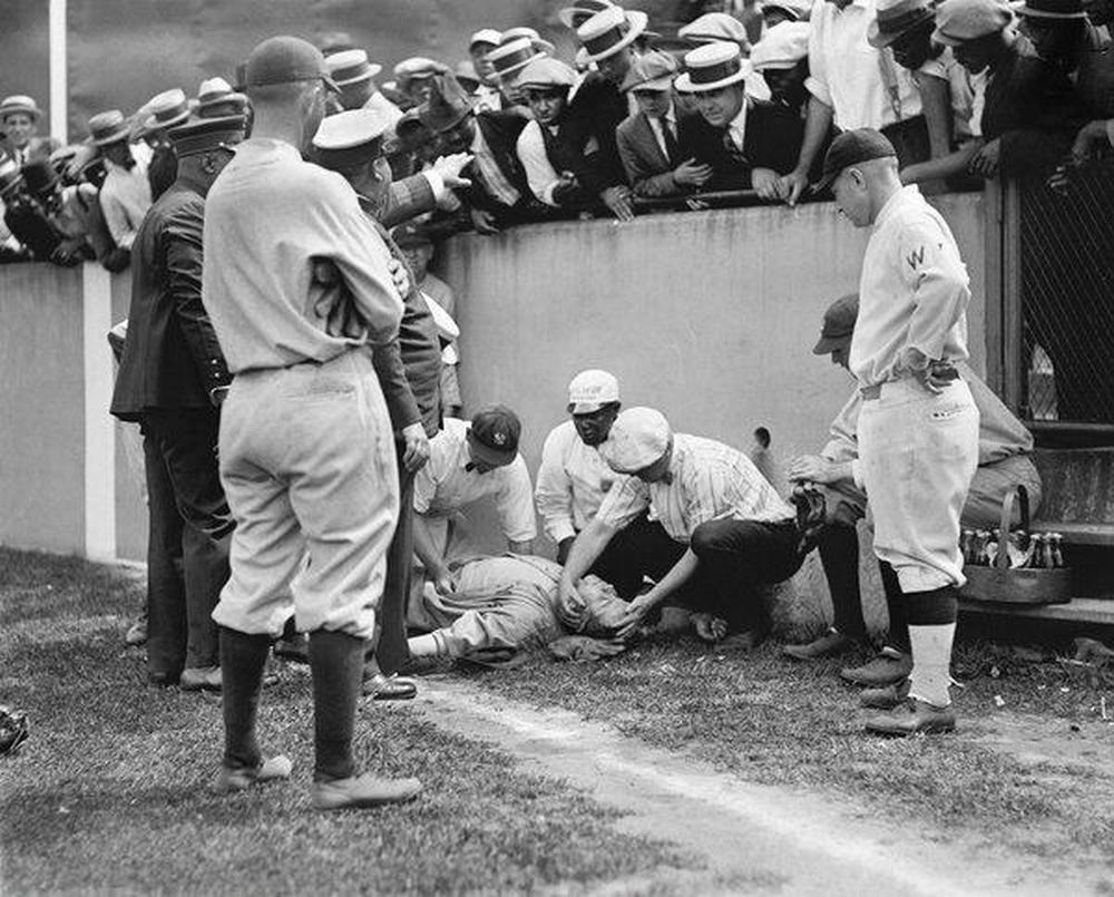 1924. Babe Ruth minden idők legjobb baseball játékosa, egy elkapás közben a falnak futott és elájult..jpg