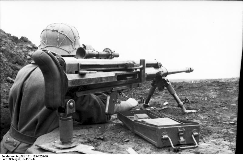 1941. Magyar honvéd Solothurn S–18 per 100 páncéltörő puskával a keleti fronton..jpg