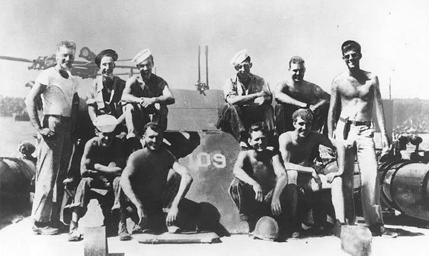 1943. John F. Kennedy (jobb szélen) mint tengerész a USS PT-109 fedélzetén..jpg