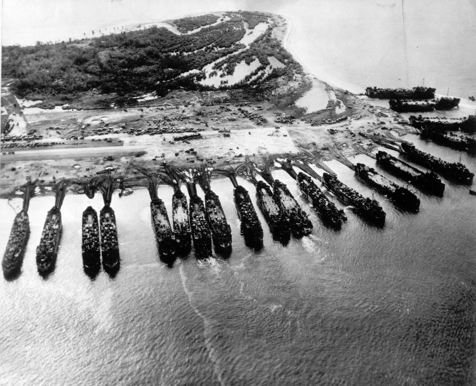 1944. A Fülöp-szigeteki inváziót segítő amerikai ellátóhajók..jpg