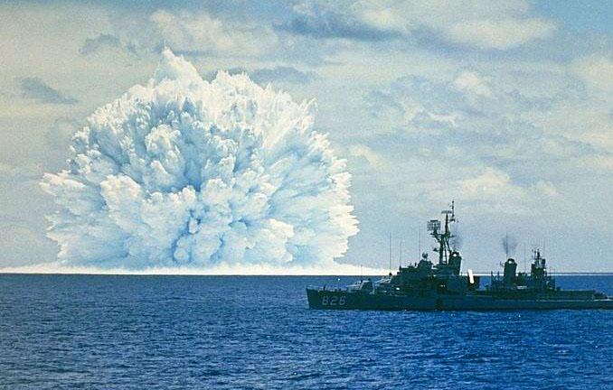 1962. Kísérleti vízalatti atomrobbantás Kalifornia partjainál. A képen látható Swordfish az Operation Dominic keretében robbantott 31 bomba egyike..jpg