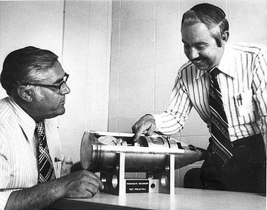 1963. Fegyverménökök a legkisebb nukleáris töltetű lövedékkel pózolnak..jpg