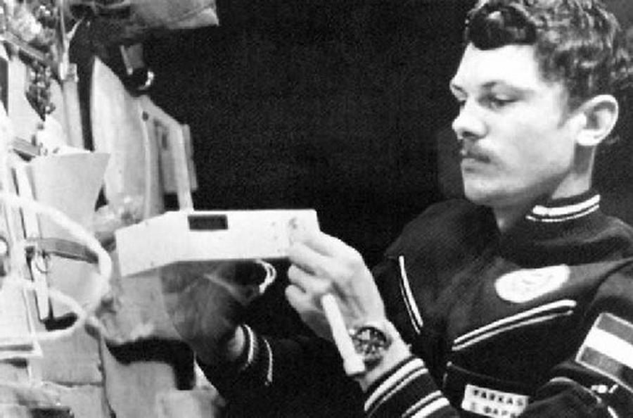 1980. Farkas Bertalan a magyar fejlesztésű Pille '79 sugárdózis-kiolvasó készülékkel a Szaljut-6 űrállomáson..jpg