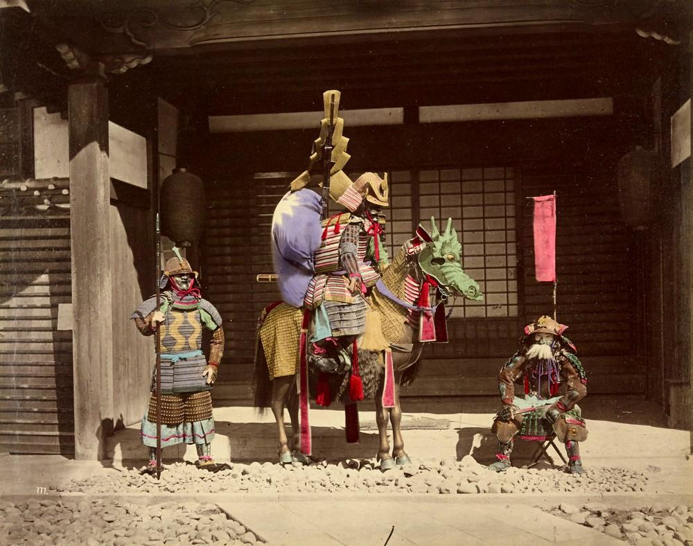 1878. Harcosok a háború istenének templománál. Vízfestékkel, utólag színezett kép..jpg