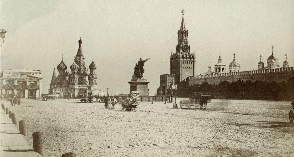 1880. A még burkolatlan, mauzóleum mentes Vörös tér Moszkvában..jpg