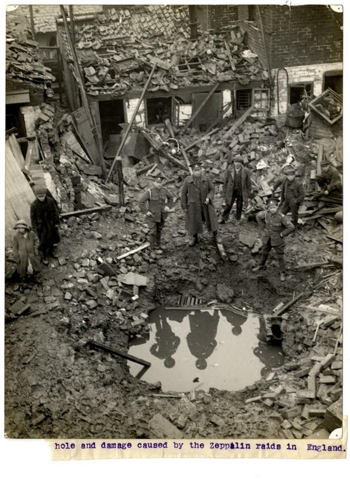 1915. Német léghajó által ledobott bomba okozta kár valahol Angliában..jpg