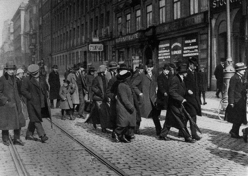 1917. Lenin Stockholmban (jobbra esernyővel) svéd szocialistákkal tárgyal..jpg