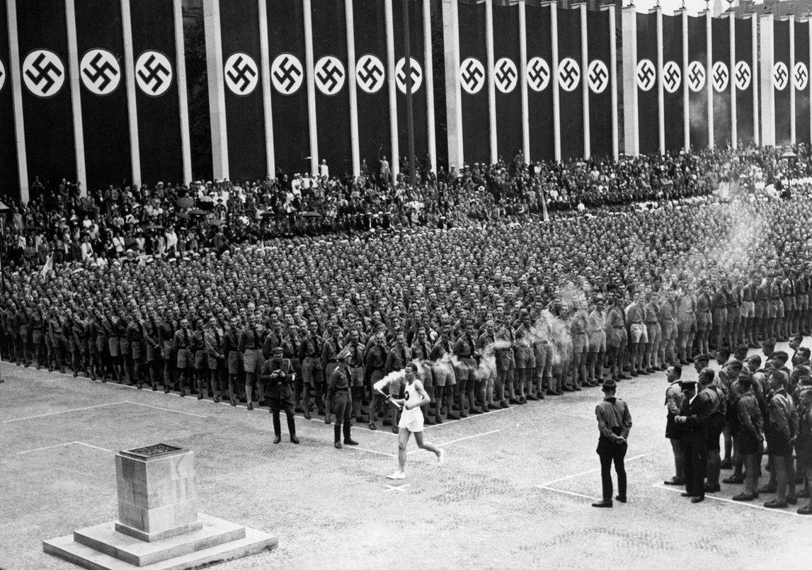 1936. Az olimpia láng megérkezik Berlinbe, megkezdődnek a náci égisz alatt megrendezett sportjátékok..jpg